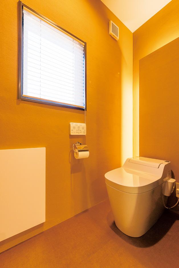 納得住宅工房|トイレは消臭効果に優れた薩摩中霧島壁を標準採用。間接照明が安らぎ感を与える