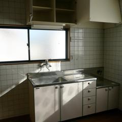 対面式に変える前のキッチン。調理スペースも狭かった
