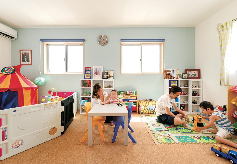 アトリエサクラ【子育て、収納力、間取り】男の子二人の子ども部屋は、家族揃って遊べる大空間。シンメトリーなつくりで、入口ドアや窓、クローゼットも仲良く二つずつ。将来は希望に応じて二部屋に分割が可能