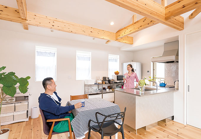 アトリエサクラ【デザイン住宅、収納力、間取り】キッチンはステンレスのアイランド型でスタイリッシュに。「ワークトップとシンクが広いので、料理がラクなんです」と奥さま。休日は2人でお酒を飲みながら、ゆっくり食事を楽しむのが日課