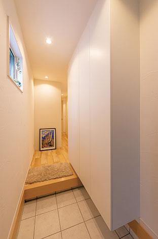 アトリエサクラ【デザイン住宅、収納力、間取り】奥行きのある玄関。街中にあるにも関わらず狭さを感じさせない