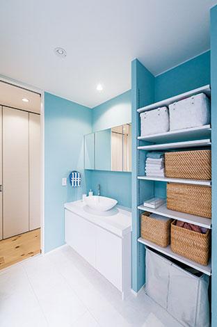 アトリエサクラ【デザイン住宅、収納力、間取り】浴室のティファニーブルーは、訪れたお客さまからも好評