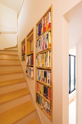 階段の側面を利用した本棚。階段がちょうどいい腰掛けに