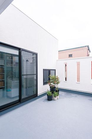 アトリエサクラ【デザイン住宅、収納力、間取り】バルコニーは洗濯物を干したり、日光浴を楽しむこともできる