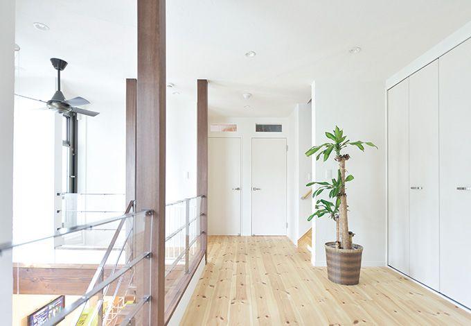 中庭に面した明るい2階ホール。夫婦の寝室、子ども部屋、書斎をつ なぐ広々とした家族の共有スペースは、収納を設置し、機能性を高めた