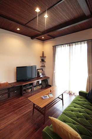 アトリエサクラ【1000万円台、デザイン住宅、自然素材】既存アイテムを活かして新生活の負担を軽減。家具に家電、小物やカゴなどのアイテムは、以前から使っていたものをできる限り活かした。 新たに買いそろえずに済むよう、サイズや置き場所を考慮して棚や収納が造作された