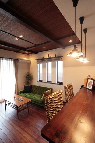 アトリエサクラ【1000万円台、デザイン住宅、自然素材】造作のカウンターは空間の役割を穏やかにわける働きも