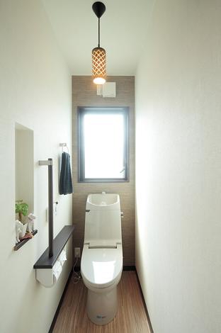 アトリエサクラ【1000万円台、デザイン住宅、自然素材】トイレの壁紙や照明はコーディネーターと一緒に考えたもの。居室のテイストを取り入れた