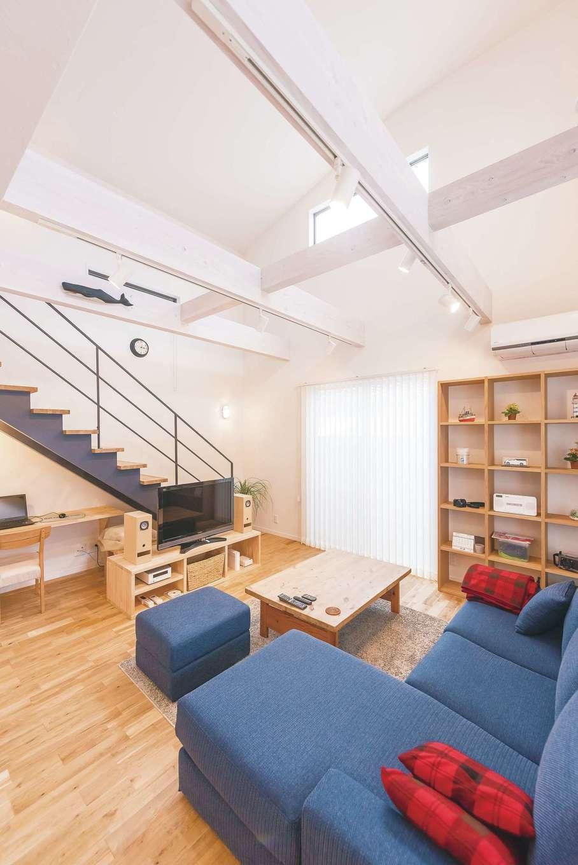 アトリエサクラ【趣味、高級住宅、インテリア】木製のスケルトン階段。ネイビーのアイアン手すりとササラがリビングのアクセントになっている