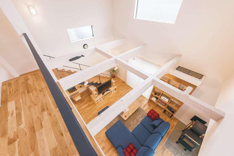 アトリエサクラ【趣味、高級住宅、インテリア】白く塗装した梁がマリンテイストの明るい空間にぴったり
