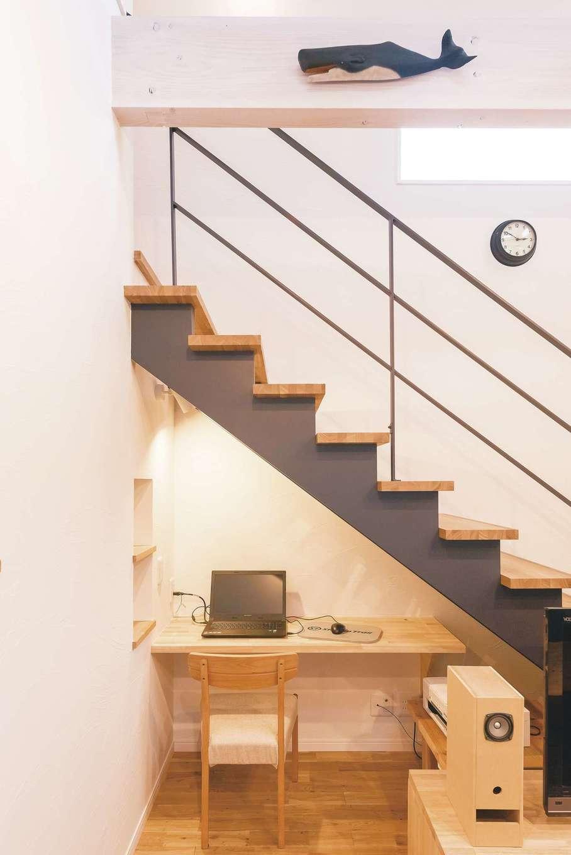 アトリエサクラ【趣味、高級住宅、インテリア】階段下を有効活用したパソコンの専用スペース