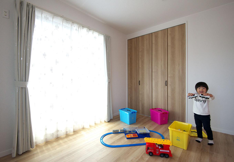 明和住宅【子育て、収納力、間取り】個室として使われるのはもうちょっと先のこと。今は家の中で安心して元気に遊べる、お気に入りの空間