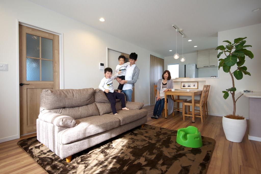 明和住宅【子育て、収納力、間取り】リビング 明るい南欧のイメージでまとめたLDK。模様ガラスをはめ込んだナチュラルカラーのドアも理想通り。奥さまの家事や子どもの勉強に便利なカウンターも造作