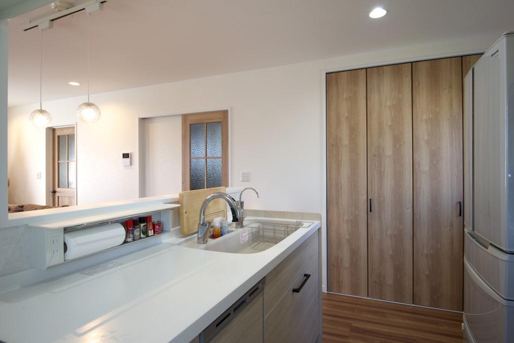 明和住宅【子育て、収納力、間取り】キッチン キッチンペーパーや調味料を収納できるスペースが便利なキッチン。片付けがしやすいから家事がはかどる