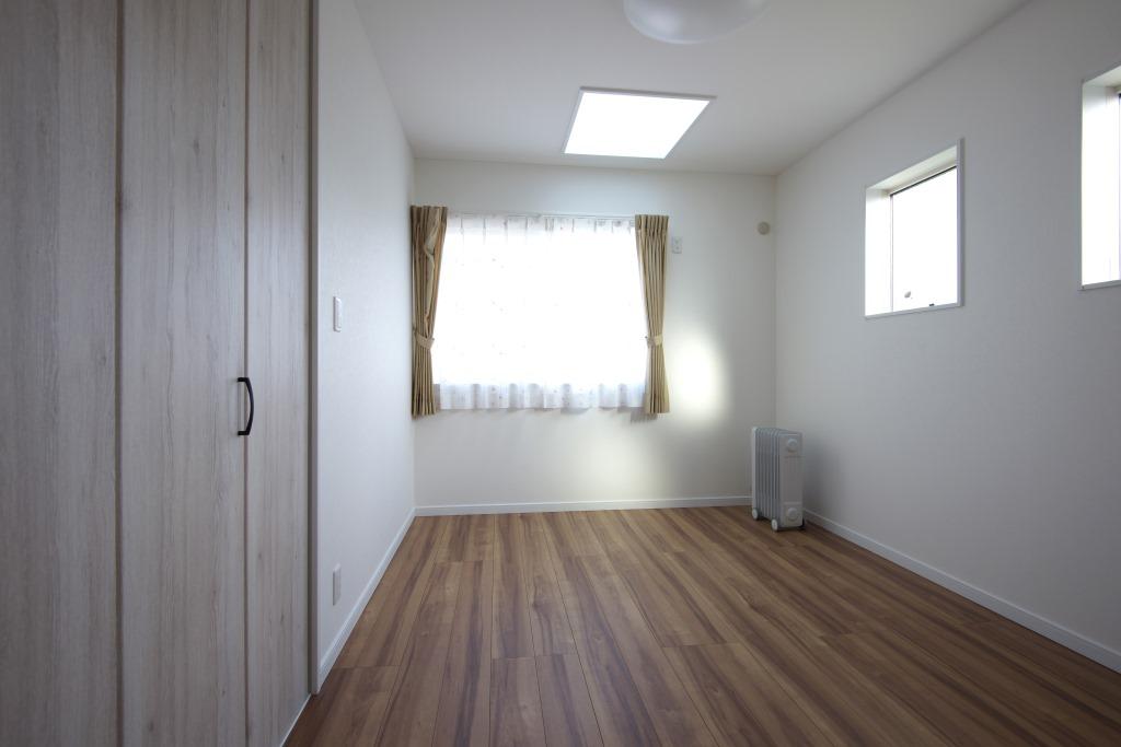 明和住宅【子育て、収納力、間取り】子ども部屋 北側にある子ども部屋には左右対称に同じ広さ。それぞれにトップライトを設け、日中の明かり取りに工夫が
