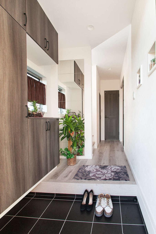明和住宅【1000万円台、デザイン住宅、ペット】玄関を広く見せるために大きな鏡を設置した。姿見として使うのはもちろん、観葉植物が反射して和みの空間を演出。シューズクロークもリビングに合わせてアンティーク調に