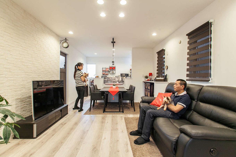明和住宅【1000万円台、デザイン住宅、ペット】白を基調としたアンティークスタイルのLDK。床は傷がつきにくく、お手入れもしやすくて、人にも犬にもやさしいDフロアを採用。テレビステーションに張った大きなエコカラットがペットの臭いを吸収してくれる