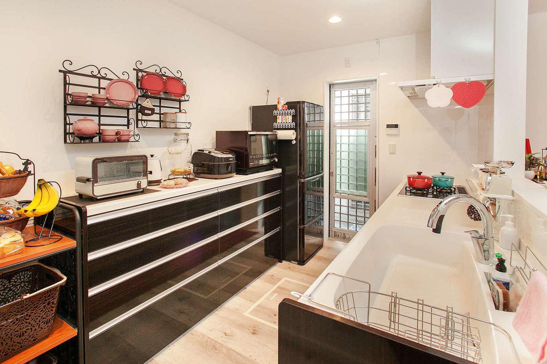 明和住宅【1000万円台、デザイン住宅、ペット】デザインと使い勝手を両立したLIXILのシステムキッチンは標準仕様。奥さま愛用のル・クルーゼの鍋やお皿が映える。作業スペースも広くて、大人が数人入っても窮屈に感じない