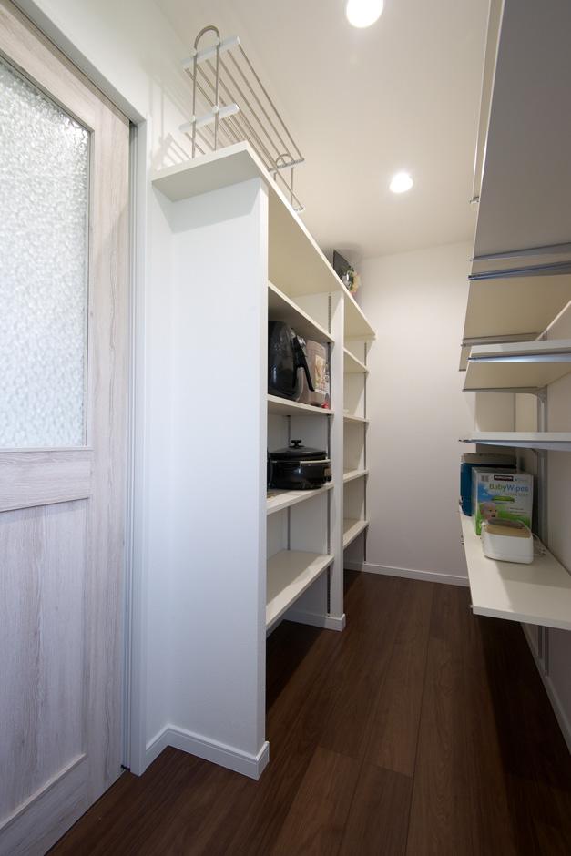 明和住宅【子育て、収納力、省エネ】パントリー キッチンの背面には大型のパントリーを。普段使わないキッチン家電から食料品のストックまでまとめて収納