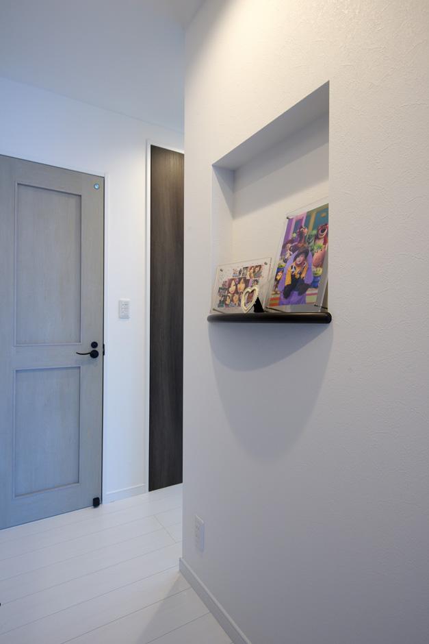 明和住宅【子育て、収納力、省エネ】ホワイトオークの建具が、ナチュラルな雰囲気をさらに優しい印象に仕上げている。模様ガラスもレトロでかわいい