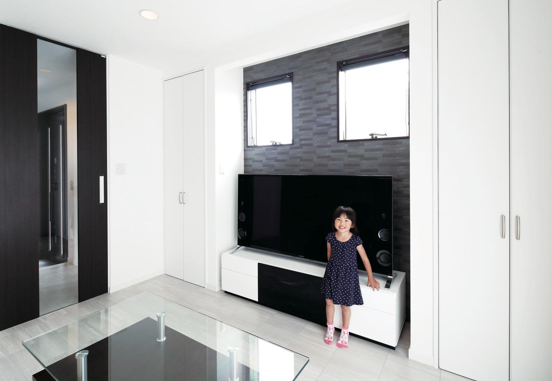 明和住宅【子育て、間取り、ペット】テレビ背後の壁にはエコカラットを採用。快適な湿度を保ち、気になるにおいも低減してくれる。適所に配されている収納も便利。子育て世代の家を多く手がける同社ならではの提案力が光る