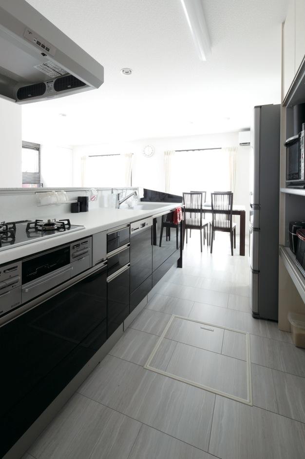 明和住宅【子育て、間取り、ペット】TOCLAS製のキッチンは作業性を考慮 し、もっとも長いものを選んだ。扉はYAMAHA時代からの伝統であるピアノ塗装に バージョンアップ。憧れを叶えた