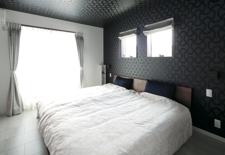 明和住宅【子育て、間取り、ペット】寝室はホテルのようなくつろぎの空間に。予算にゆとりができ、カーテンもオーダーメイド
