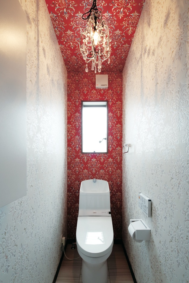 明和住宅【子育て、間取り、ペット】トイレは奥さまがクロスや照明をコーディ ネート。1階と2階で雰囲気を変えた