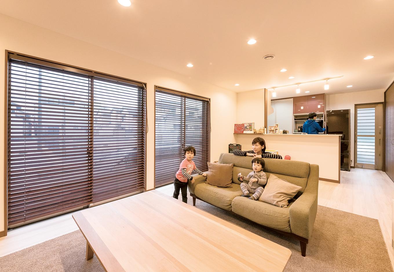 南側に大きな掃き出し窓が2つあり、日中の陽当たりも抜群。断熱・気密性に優れたペアガラスサッシで、室内は快適。光熱費の節約にもなっている