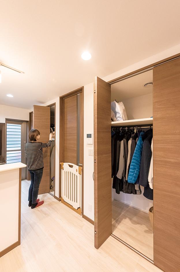キッチン脇には、食材のストックの他、掃除機、アイロンなど、奥さまが使いやすい位置に必要なものを収納。リビングのクローゼットは、現在はご主人の身支度用