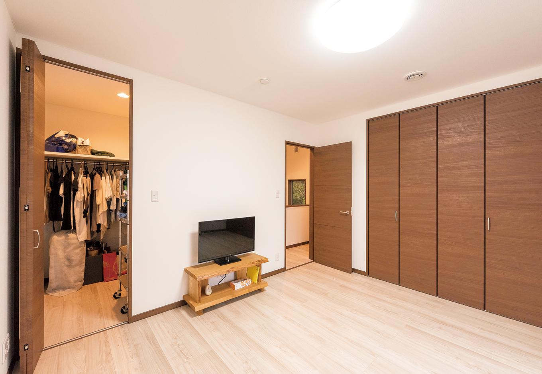 寝室には2畳のウォークインクローゼットに加え、収納力抜群の大きなクローゼットも