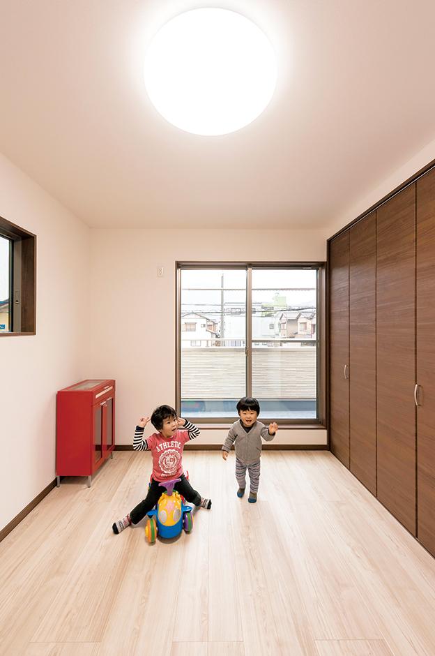 子ども部屋にも、将来必要になる大きなクローゼットを作った