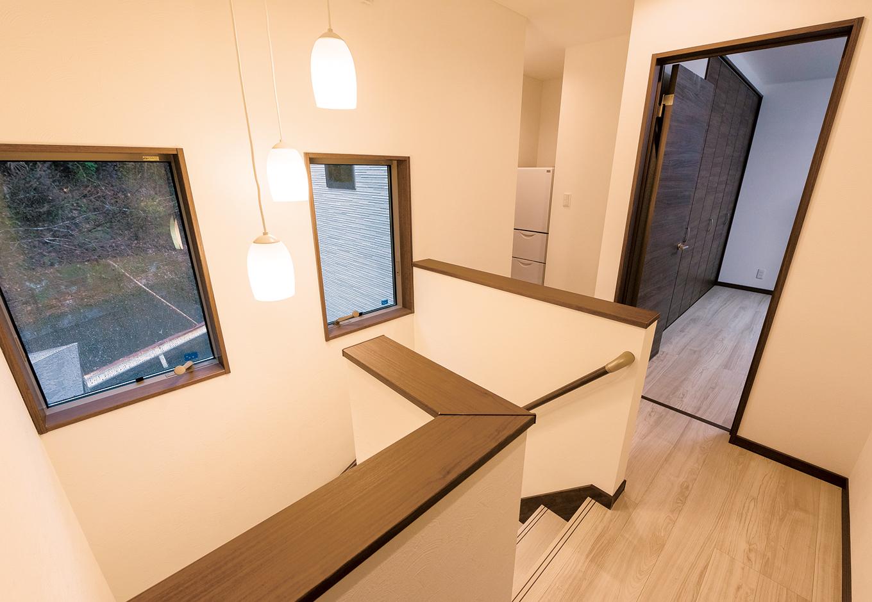 北向きの階段も、2つの窓で明かりを取り入れる。より風通しの良い「縦すべり窓」を採用