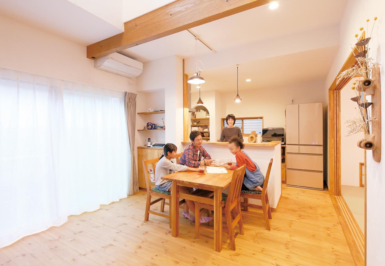 クローバーハウス 【1000万円台】家族がくつろぐLDKはパインの床と漆喰の壁が標準仕様。奥さまご希望の対面キッチンで調理中も家族との対話が弾む。ニッチを活用した造作収納もおしゃれに見せるポイント
