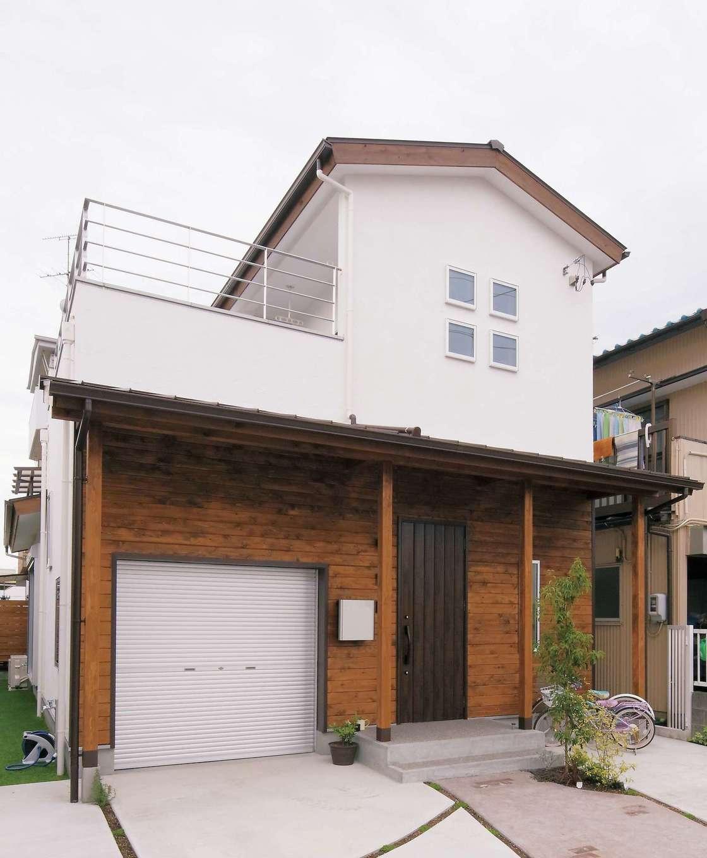 クローバーハウス 【1000万円台】真っ白な漆喰とレッドシダーの羽目板のコントラストが美しい。ガレージはご主人の仕事用の倉庫として使用