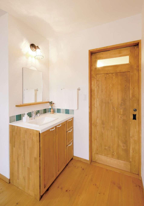 クローバーハウス 【1000万円台】お手入れのしやすさを重視した造作洗面台。アクセントのタイルは1階と2階で色違いに