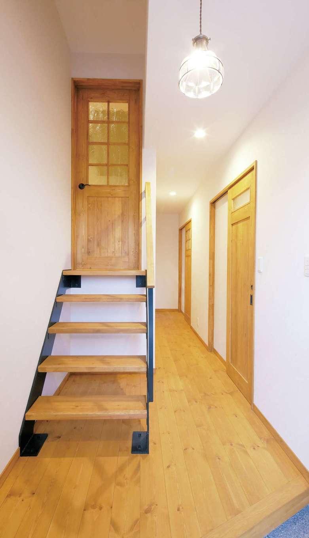 クローバーハウス 【1000万円台】玄関を入ってすぐの小階段はご主人の書斎につながる。ガレージの上にあたるスキップフロアになっている