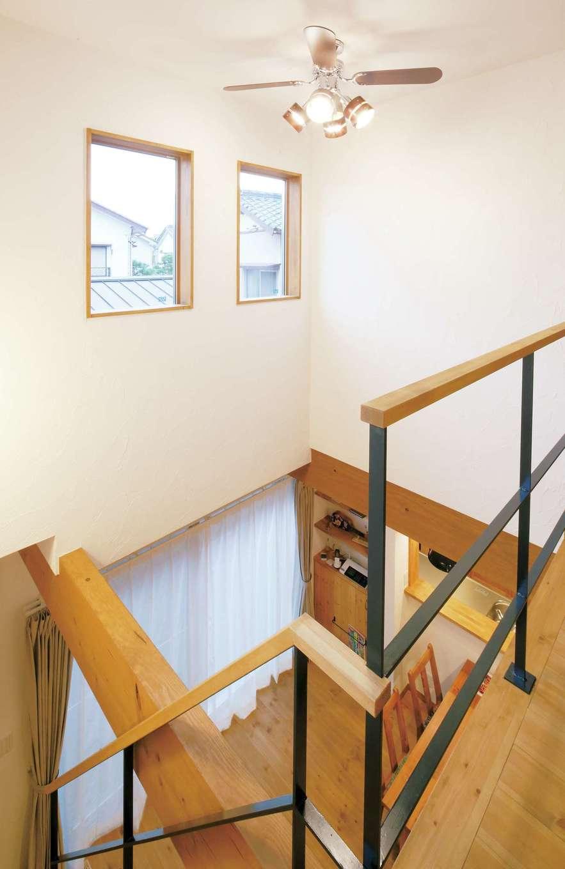 クローバーハウス 【1000万円台】吹き抜けに作った窓がリビングに自然な明るさをもたらしてくれる
