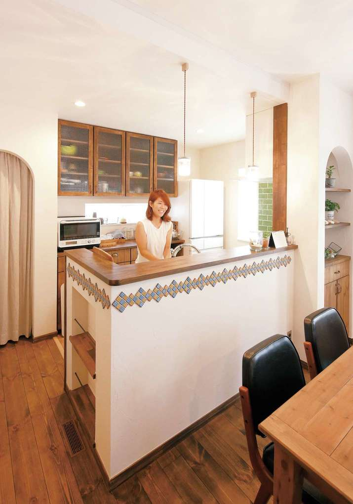 造作の食器棚やマガジンラックで家事も楽しく。タイルやメイソンジャーシェードランプなど奥さまの「好き」もプラス