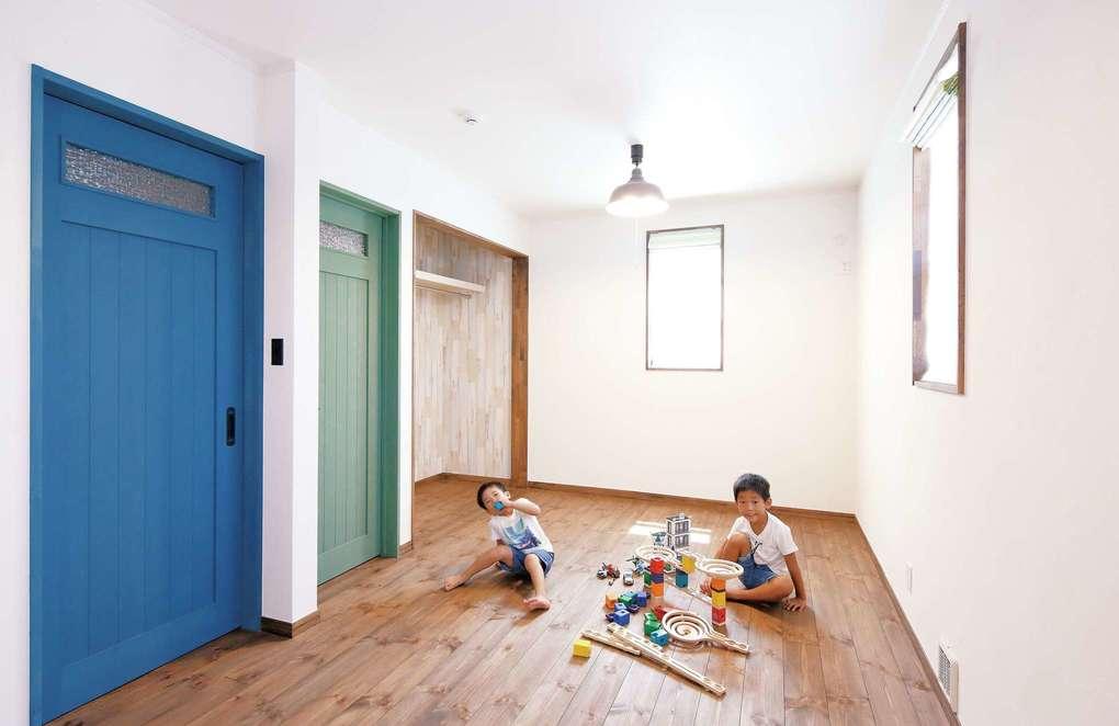 将来2部屋に分ける予定の子ども部屋はドアを2色に
