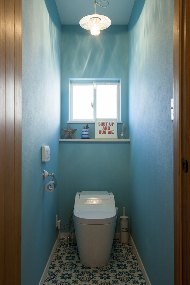 海を連想させる、深いブルーが美しいトイレ