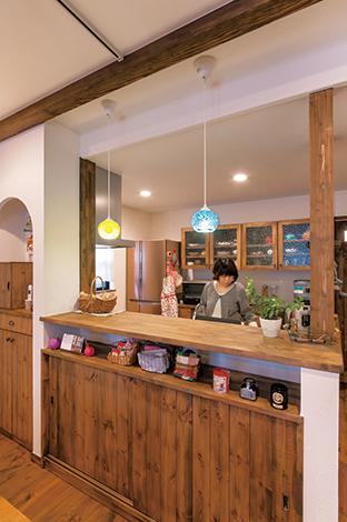 クローバーハウス 【収納力、趣味、インテリア】無垢オークのブラウンで統一されたキッチンスペース。収納たっぷりのカウンターには小物をディスプレイする棚を作り、食器棚は収納に合わせて高さやサイ ズを決めて造り付け。見た目だけでなく、使いやすさも抜群