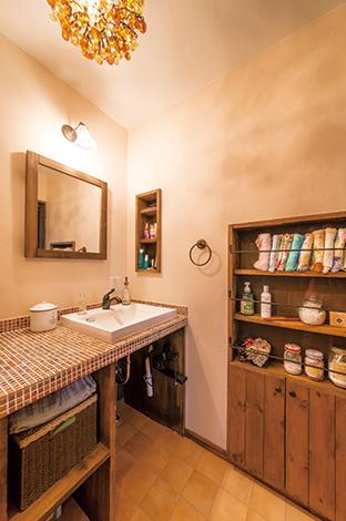 クローバーハウス 【収納力、趣味、インテリア】1Fの洗面スペース。味のあるモザイクタイルは奥さまのお気に入り