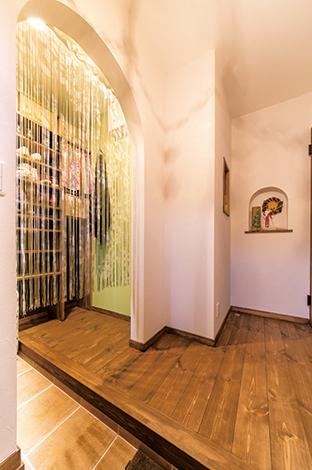 クローバーハウス 【収納力、趣味、インテリア】玄関横にはたっぷりの収納スペース。収納する物や靴の数に合わせて棚を造り付け