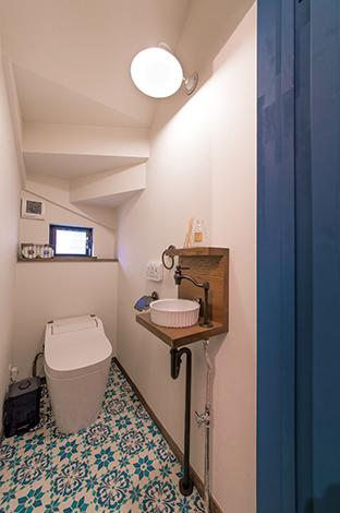 クローバーハウス 【収納力、趣味、インテリア】お気に入りのカラーでより心地よい空間に。階段下のデッドスペースを有効に活用