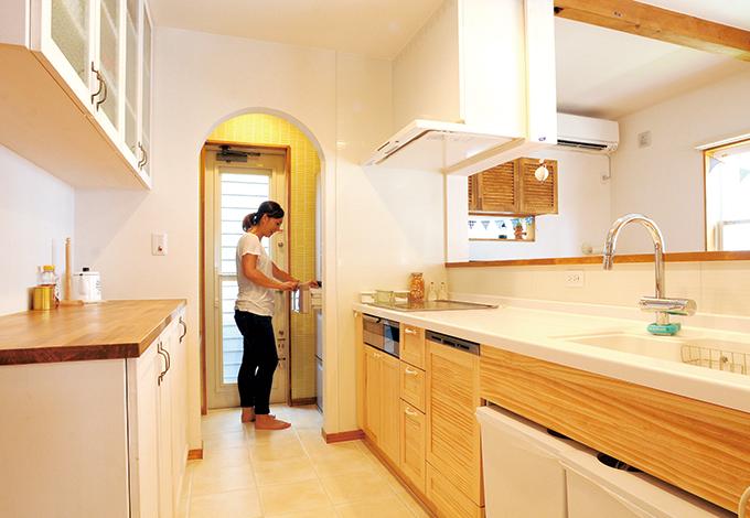 クローバーハウス 【デザイン住宅、自然素材、間取り】白を基調にナチュラルで優しい雰囲気のキッチン。冷蔵庫や家電は、見えないパ ントリーへ収納