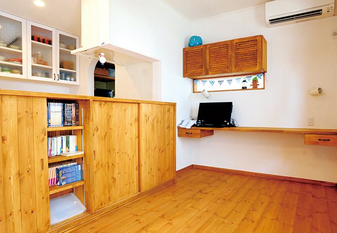 クローバーハウス 【デザイン住宅、自然素材、間取り】キッチンカウンターの下には、本や雑貨などを大量に収納できる棚を造り付け。収納と思わせないところがおしゃれ