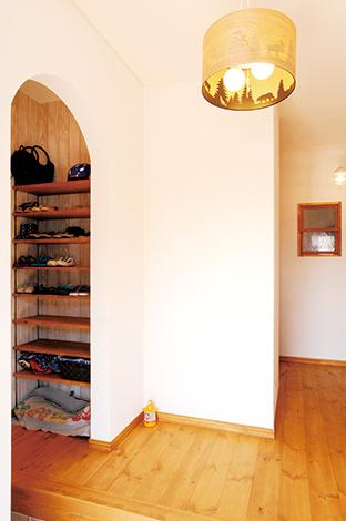 クローバーハウス 【デザイン住宅、自然素材、間取り】玄関横のクローゼット。アーチの壁からチラリと見えるおしゃれなクローゼット。収納するものに合わせた造作の棚で、抜群の収納力&見た目もスッキリ!
