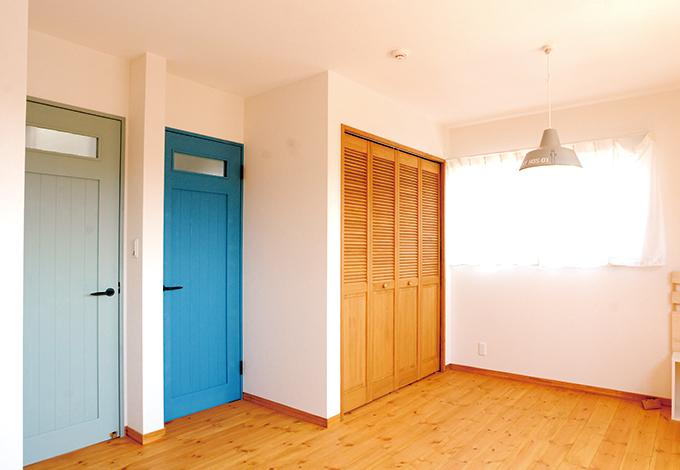 クローバーハウス 【デザイン住宅、自然素材、間取り】2階の子ども部屋。将来的には2部屋にするつもりだが、今は広々とした遊び場に。濃淡 ブルーのドアがポイント