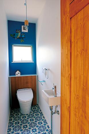 クローバーハウス 【デザイン住宅、自然素材、間取り】1・2階のトイレともブルーで統一。タイルや照明など細かなところにもこだわりが光る